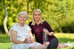 年长妇女和少妇草的 免版税图库摄影