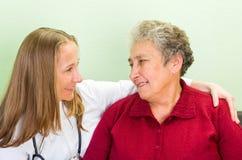 年长妇女和年轻医生 库存图片