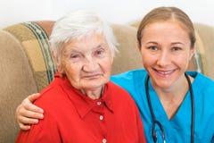 年长妇女和年轻医生 免版税库存图片