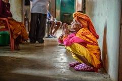年长妇女在一个地方养老院,尼泊尔祈祷 库存图片