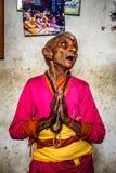 年长妇女在一个地方养老院,尼泊尔祈祷 免版税图库摄影