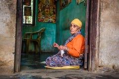 年长妇女在一个地方养老院,尼泊尔缝合 库存图片