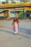 年长妇女在市场上 免版税图库摄影