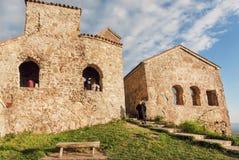 年长妇女步行通过著名正统修道院Nekresi历史的教会  免版税库存图片