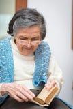 年长妇女祈祷 图库摄影