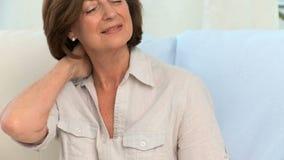 年长妇女以脖子痛 影视素材