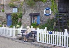 年长妇女Brixham Torbay德文郡Endland英国 免版税库存照片