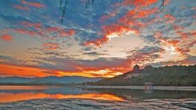 长寿小山和昆明湖在日落下 免版税图库摄影