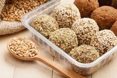 长寿的健康食物:从碎麦子的球  免版税库存图片