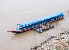 长尾巴小船在地方浮船附近浮动 免版税库存照片