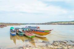 长尾巴小船在山姆帕纳Boke,乌汶叻差他尼泰国 图库摄影