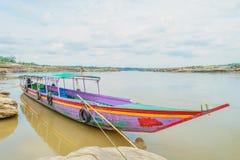 长尾巴小船在山姆帕纳Boke,乌汶叻差他尼泰国 库存图片