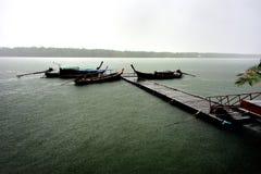 长尾巴小船在雨风暴虚度光阴 库存照片