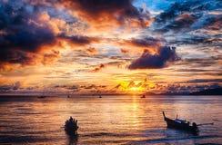 长尾的小船和日落 库存图片