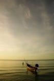 长尾的小船和渔夫 免版税图库摄影
