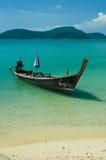 长尾的小船和蓝天 免版税库存图片