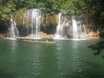 长尾巴在河Kwai的小船巡航Sai Yok国家公园的 图库摄影