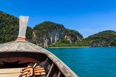 长尾巴在海, krabi泰国的小船风帆 免版税库存图片