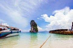 长尾巴在美丽的海滩的出租汽车小船 免版税图库摄影