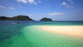 长尾巴在美丽的Andaman水晶海运,泰国的小船航行 免版税库存图片