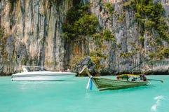 长尾巴小船、快艇、岩石和海,泰国 免版税图库摄影