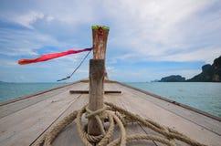 长尾巴小船前面  免版税图库摄影