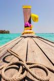 长尾巴小船在热带海 图库摄影