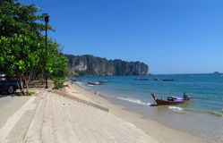 长尾巴小船在AoNang Krabi海滩和海岛泰国 免版税库存图片