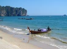 长尾巴小船在AoNang Krabi海滩和海岛泰国 图库摄影