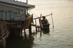 长尾巴小船在Chaopraya河 库存照片