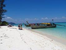 长尾巴小船在Krabi海滩和海岛泰国 库存图片