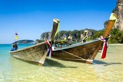 长尾巴小船在Railay靠岸,泰国。 库存图片