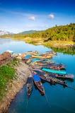 长尾巴小船在ratchaprapha水坝的一个船坞 免版税库存照片