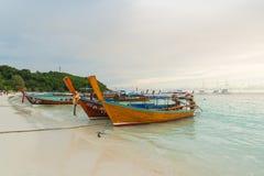 长尾巴小船沿海滩排行了在酸值Lipe海岛在泰国 库存照片