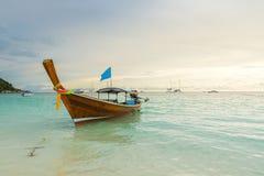 长尾巴小船沿海滩排行了在酸值Lipe海岛在泰国 免版税图库摄影