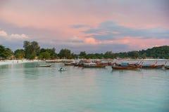 长尾巴小船沿海滩排行了在酸值Lipe海岛在泰国 免版税库存照片
