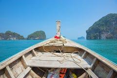 长尾巴小船头运行通过海岛的在Krabi,泰国 库存照片