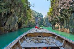 长尾巴小船头运行通过海岛的在Krabi,泰国 免版税库存图片