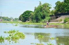 长尾巴渔船在昭披耶河在阿尤特拉利夫雷斯,泰国 免版税库存图片