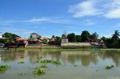 长尾巴渔船在昭披耶河在阿尤特拉利夫雷斯,泰国 免版税库存照片