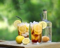 长岛冰茶鸡尾酒,柠檬可乐在庭院里 库存图片