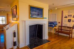 长岛,美国, 2018年4月, 04日:烟窗室内看法有油漆的在当前灯塔的详细的博览会 免版税库存照片
