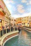 长平底船乘驾在威尼斯式旅馆里在拉斯维加斯 库存图片