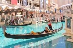 长平底船乘驾在威尼斯式旅馆里在拉斯维加斯 图库摄影