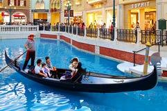 长平底船乘驾在威尼斯式澳门 免版税图库摄影