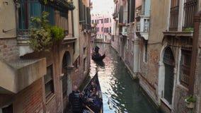 长平底船乘驾游人的平底船的船夫水的在威尼斯 影视素材