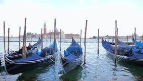 长平底船停泊处,小船在亚得里亚海波浪摇摆有观点的圣乔治Maggiore 股票视频