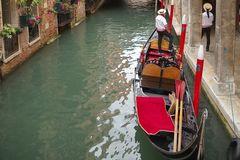长平底船和两名平底船的船夫,威尼斯,意大利 图库摄影