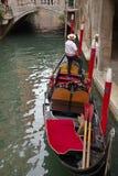 长平底船和两名平底船的船夫,威尼斯,意大利 库存照片