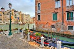 长平底船和传统建筑学在威尼斯,意大利。 免版税库存图片